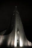 Церковь Hallgrimskirkja на ноче стоковая фотография