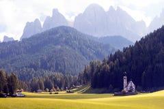 Церковь Johann Святого на горных вершинах доломитов Стоковые Изображения
