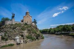 Церковь Metekhi и король Vakhtang Gorgasali в Тбилиси, Georgia Стоковая Фотография