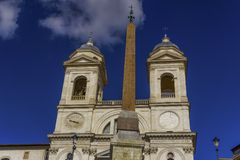 Церковь Monti dei Рима Италии Santissima Trinita на испанских шагах стоковая фотография