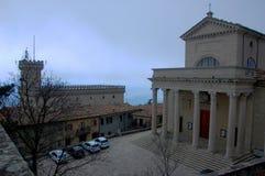 Церковь Quirino Святого в Сан-Марино, над взглядом, туманный ландшафт панорамы стоковые изображения rf