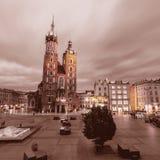 Церковь ` s St Mary на ноче krakow Польша Стоковое Изображение RF
