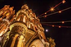 Церковь San Miguel Мексика Parroquia луны ночи фасада Стоковые Изображения