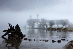 Церковь St Bartholomew завуалированная в тумане зимы Стоковая Фотография RF