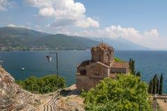 Церковь St. John теолог обозревает голубое озеро Ohrid Стоковые Фото