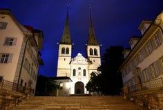Церковь St Leodegar на ноче в Люцерне, Швейцарии стоковая фотография rf