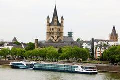 Церковь St Martin с паромом в реке Рейне, Кёльне, Германии Стоковые Фото