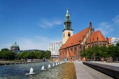 Церковь St Marys, Marienkirche около Alexanderplatz в центральном Берлине, Германии Стоковые Фотографии RF