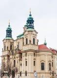 Церковь St Nicholas расположенная на старой городской площади стоковая фотография