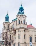 Церковь St Nicholas расположенная на старой городской площади стоковое фото rf