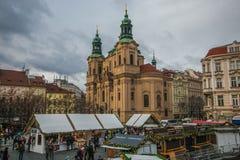 Церковь St Nicholas с рождественской ярмаркой в старой городской площади Праги стоковые изображения