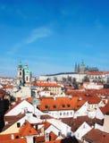 Церковь St Nicolas, замок Праги и и крыши старой Праги Стоковые Фото