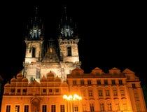 Церковь Tyn в свете фонариков выравниваясь в Праге Стоковая Фотография