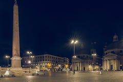 Церков близнеца Аркады del Popolo вечером с обелиском и фонтаном в уличном освещении стоковое изображение rf