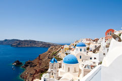 Церков на краю кальдеры на острове Santorini, Греции Стоковая Фотография