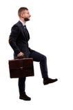 Целевой бизнесмен приходит вверх с портфелем Стоковые Изображения