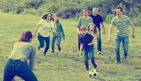 Цели дружелюбной и радостной семьи ведя счет стоковые изображения rf