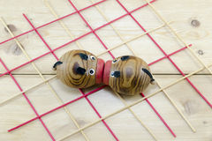 Целовать 2 деревянный морских свинок Стоковое Фото