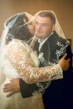 Целовать пар венчания Стоковое фото RF