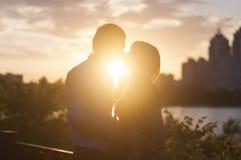 Целовать подростки на заходе солнца Стоковое фото RF