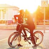 Целовать романтичных пар в влюбленности Заход солнца Мальчик и девушка стоя n Стоковые Фотографии RF