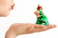 целовать лягушки Стоковая Фотография