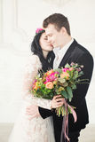 целовать groom невесты Красивая женщина невесты и красивый человек Стоковые Фотографии RF