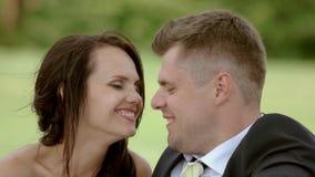 целовать groom невесты видеоматериал