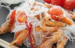 Целлофан кипеть с зажаренными креветкой и специями и томатами Стоковое Изображение