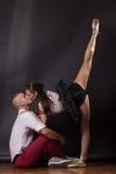 Целующ молодую женщину девушки мальчика танцора балерины пар укомплектуйте личным составом детенышей Стоковые Фото