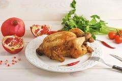 Целый зажарило в духовке цыпленк цыпленок с связанными ногами в шаре pe горячих чилей Стоковая Фотография
