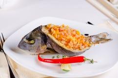 Целый зажарило рыб заполненных с смачным рисом Стоковые Изображения RF
