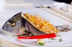Целый зажарило рыб заполненных с смачным рисом Стоковое Фото