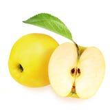 Целый и половина желтых яблок Стоковые Изображения