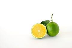 Целый и половинные сладкие апельсины на белой предпосылке Стоковая Фотография RF