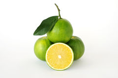 Целый и половинные сладкие апельсины на белой предпосылке Стоковые Фото