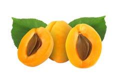Целый и половинный абрикос с камнем и изолированные лист Стоковые Изображения