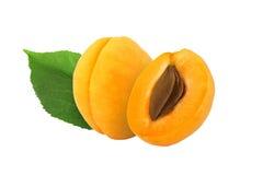 Целый и половинный абрикос с камнем и изолированные лист Стоковые Фото
