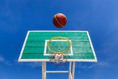 Цель баскетбола ведя счет на желтом обруче Стоковая Фотография RF