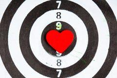 Цель крупного плана черная белая с яблочком сердца как предпосылка влюбленности Стоковые Изображения