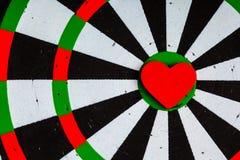 Цель крупного плана черная белая с яблочком сердца как предпосылка влюбленности Стоковая Фотография