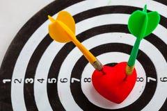 Цель с 2 дротиками в сердце как яблочко Стоковые Изображения RF