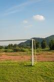 Цель футбола на поле с предпосылкой горы Стоковая Фотография