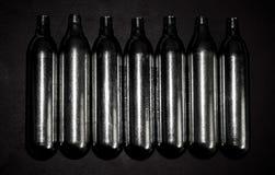 Цилиндры углекислого газа используемые в обжатом воздушном пульверизаторе, airsoft стоковая фотография rf