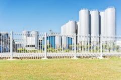 Цилиндры фабрики напитка С голубым небом стоковые изображения