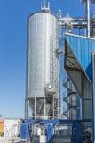 Цилиндры фабрики напитка С голубым небом стоковая фотография