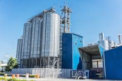 Цилиндры фабрики напитка С голубым небом стоковые фотографии rf