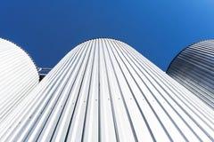 Цилиндры фабрики напитка С голубым небом стоковая фотография rf