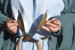 Цимбалы игры подвижника во время языческого ритуала стоковая фотография