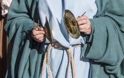 Цимбалы игры подвижника во время языческого ритуала стоковые изображения